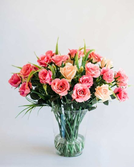 MIXED PINK ROSES IN GLASS VASE